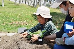 20210415_元気の木保育室 夏野菜の苗植え (28)