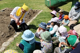 20210415_元気の木保育室 夏野菜の苗植え (10)